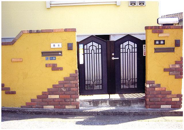 玄関 塗り壁・レンガタイル